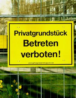 Im Kapitalismus spielen Ausschlussrechte eine wichtige Rolle (Foto von Bernd Schwabe in Hannover, CC BY-SA,, Quelle: http://commons.wikimedia.org/wiki/File:Helmut_Hennig_Betreten_verboten_Die_gefangene_Zeit_Ein_tempor%C3%A4r_angelegtes_Privatgrundst%C3%BCck_im_%C3%B6ffentlichen_Raum_2012_II.jpg, zum Vergrößern klicken)