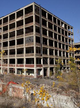 Verfallene Autofabrik in Detroit, wo die Verwertung ins Stocken geraten ist (Foto von Albert duce, CC-BY-SA, URL: http://de.wikipedia.org/wiki/Datei:Abandoned_Packard_Automobile_Factory_Detroit_200.jpg)