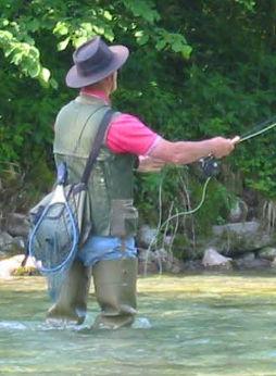 Fliegenfischer in Slowenien (Foto von Ziga, gemeinfrei, URL: https://de.wikipedia.org/wiki/Datei:Flyfishing.jpg )